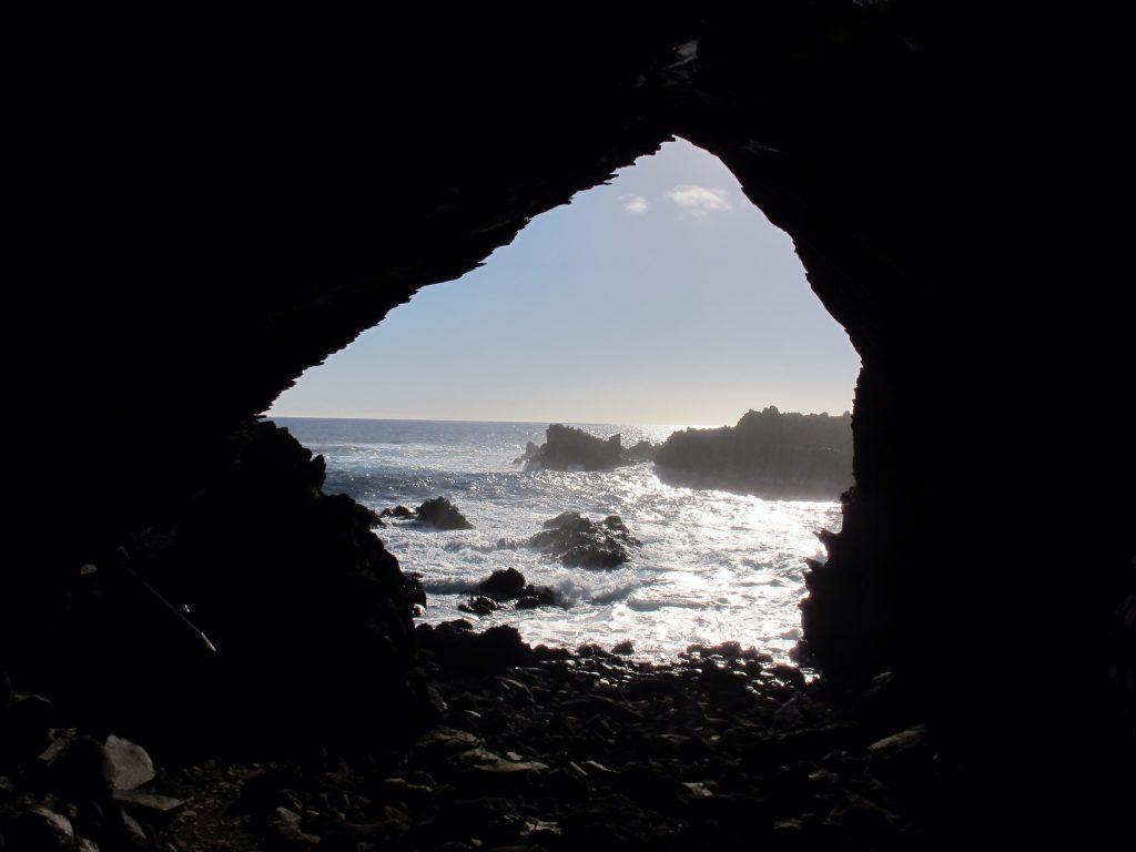 Ilha de Páscoa Cavernas com petrogrifos em Ana Kai Tangata