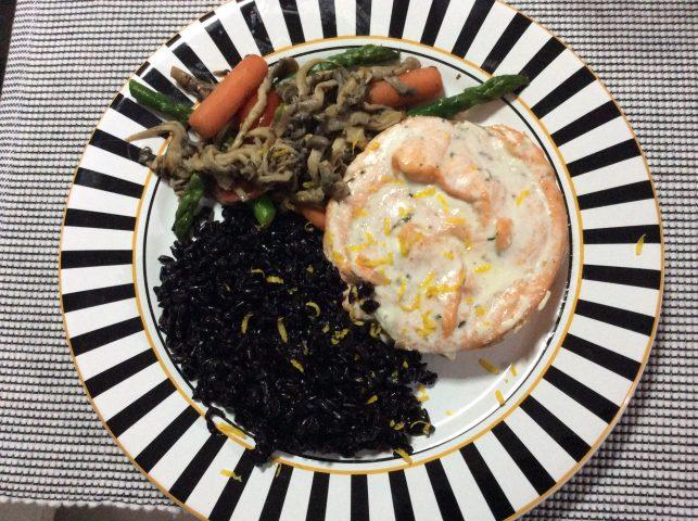Arroz negro, medalhão de salmão com raspas de limão siciliano e refogado de legumes