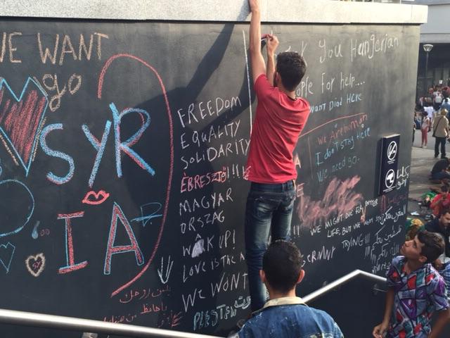 Jovens refugiados registrando seus sentimentos