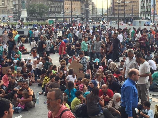 O aglomerado de refugiados na estação Keleti