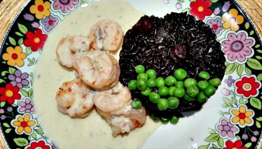 Camarão ao molho de Gorgonzola com arroz negro e ervilhas