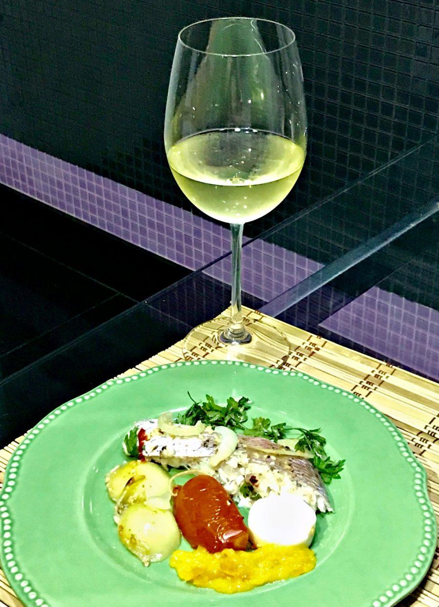 Peixe ao forno, harmonizado com vinho branco