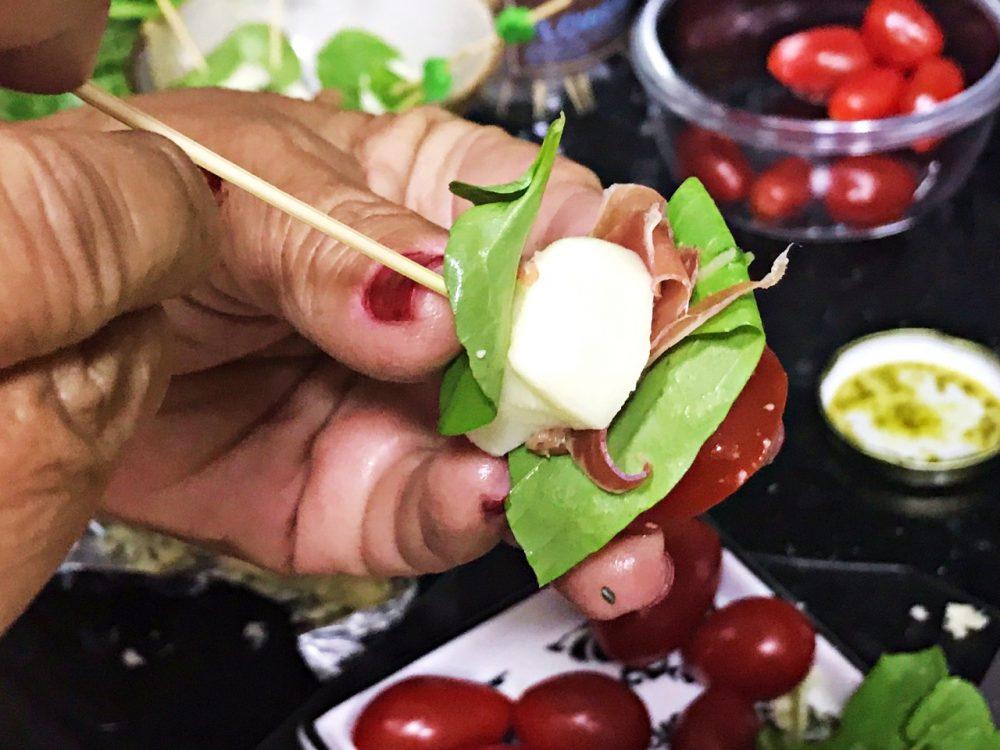 Petisco, mussarela de búfala, rúcula e tomate cereja