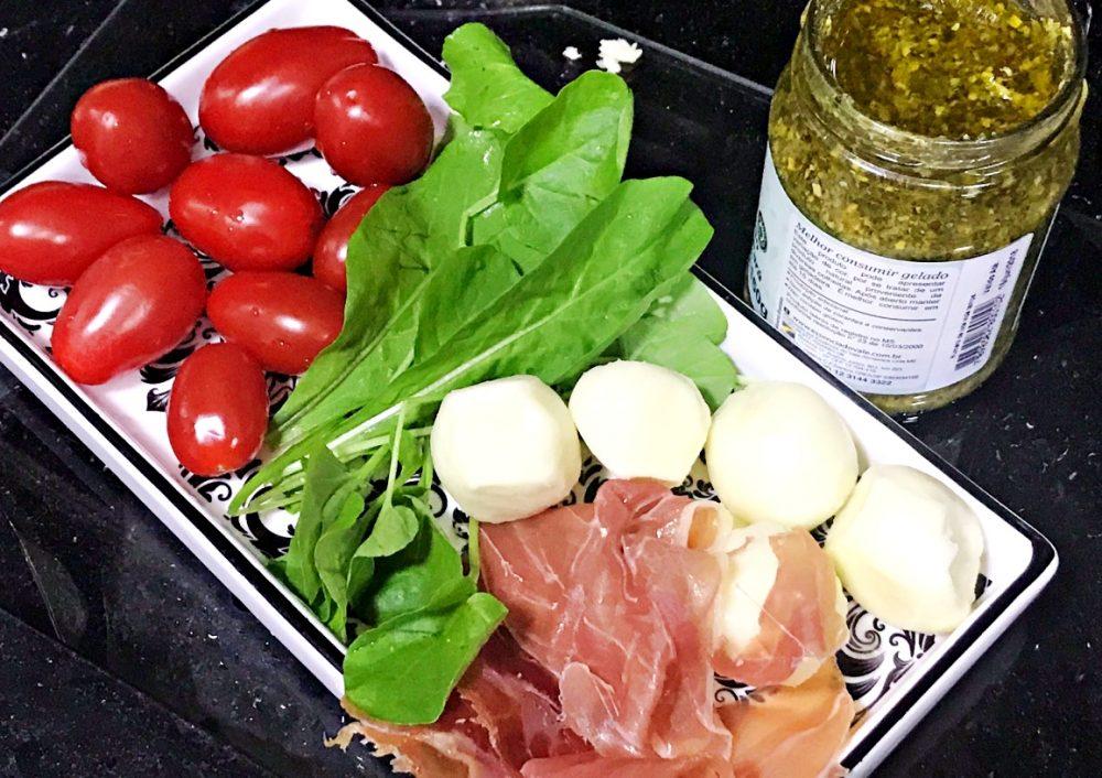 Petiscos, mussarela de búfala, rúcula e tomate cereja