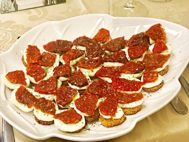 Canapé de tomate seco e mozarela de búfala, receita