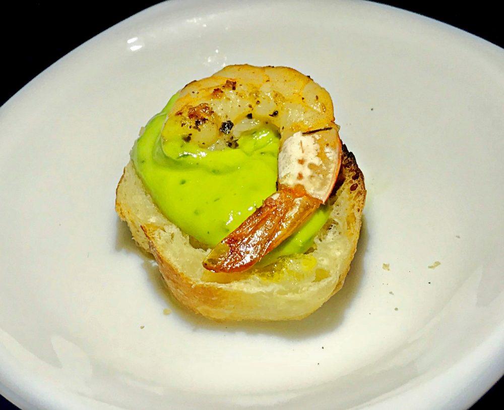 Bruschetta de camarão com creme de abacate