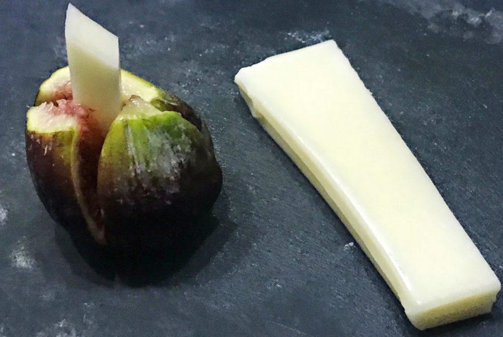 Figo recheado com queijo feta e envolto em Parma