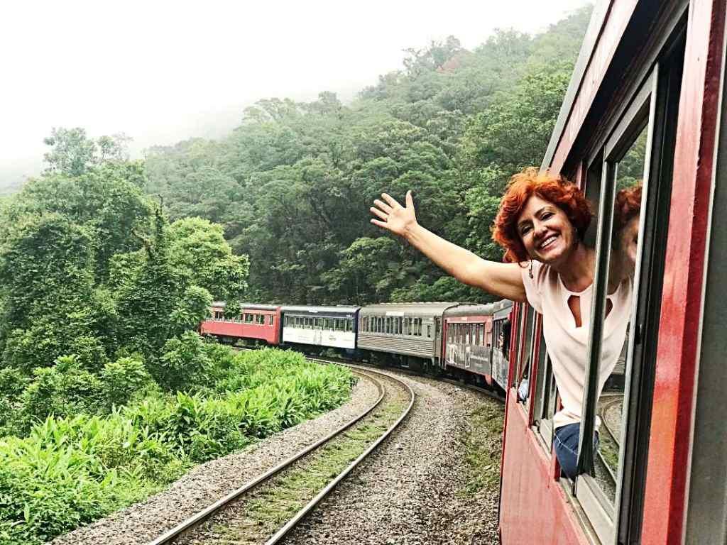 Trem de Morretes a Curitiba no por-do-sol