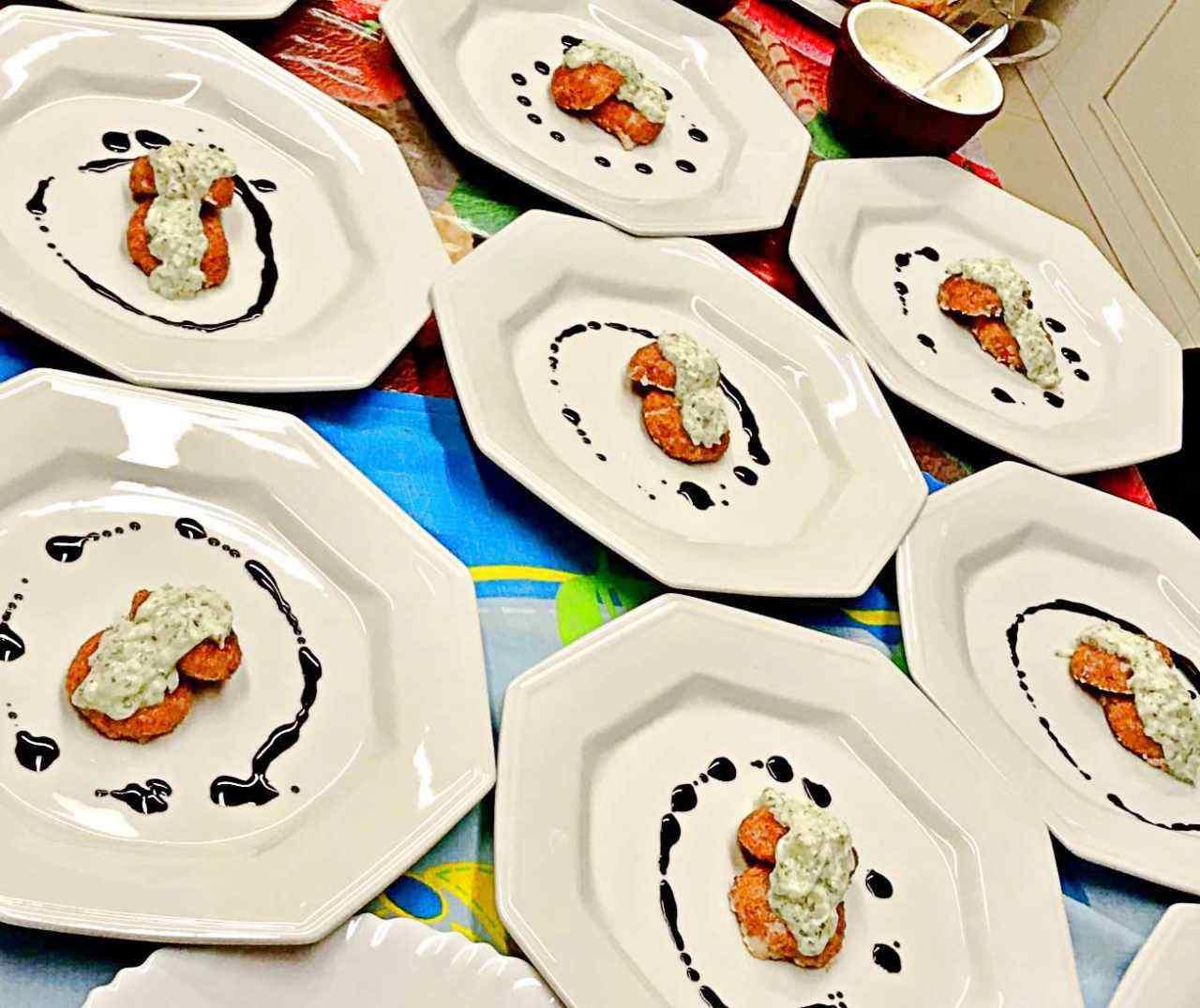 hambúrguer de salmão e molho Tzatziki