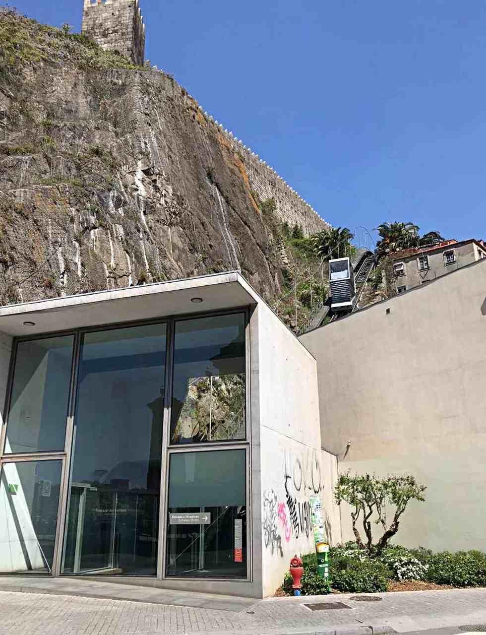 Vista do Funicular subindo - O que fazer em Porto Portugal