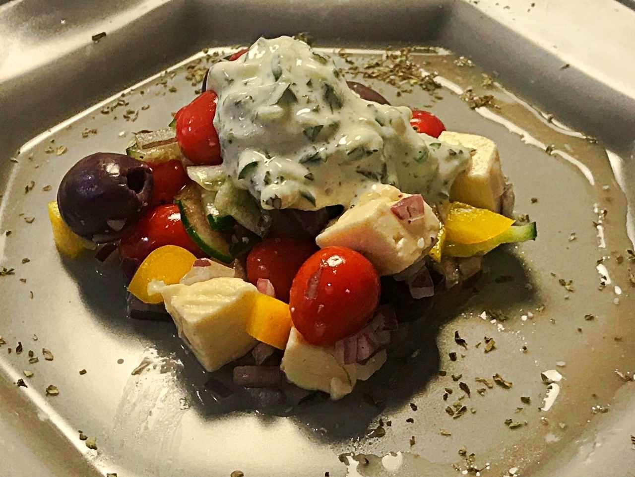 salada grega com molho tzatzik