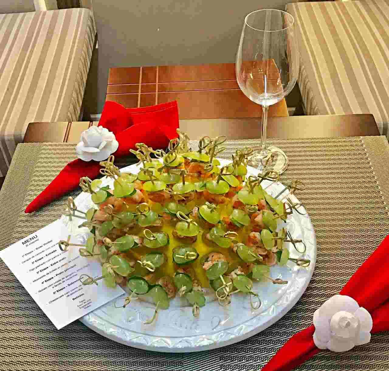 Canapé de camarão com uva verde