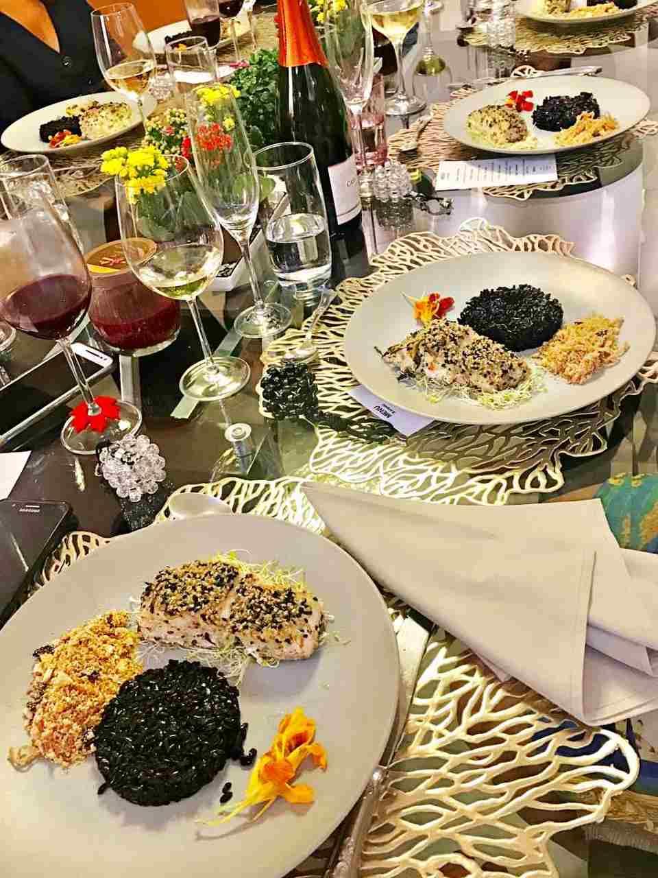 Mesa posta - Robalo com crosta de gergelim, arroz negro e farofa crocante