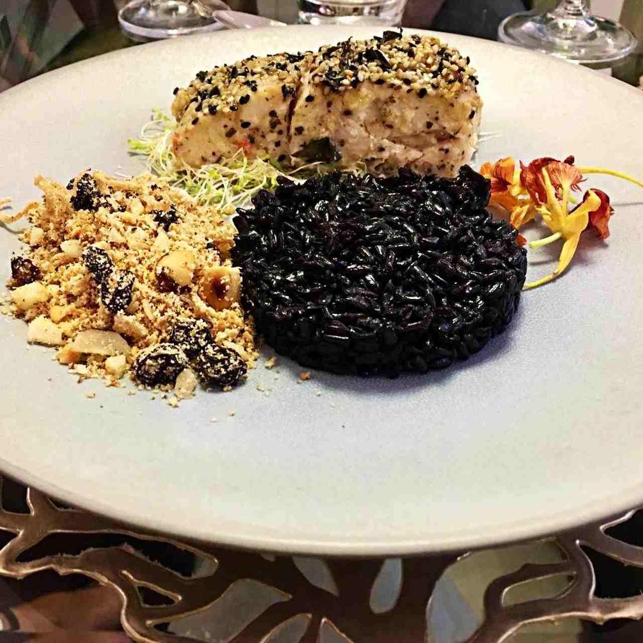 Robalo com crosta de gergelim, arroz negro e farofa crocante