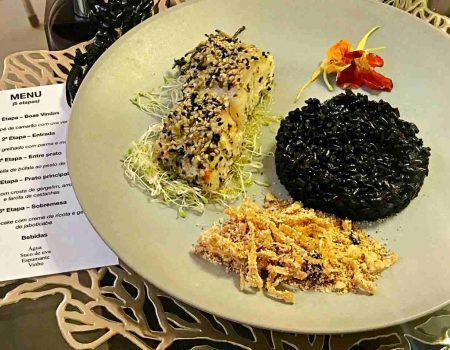 Robalo com crosta de gergelim, arroz negro e farofa de castanhas