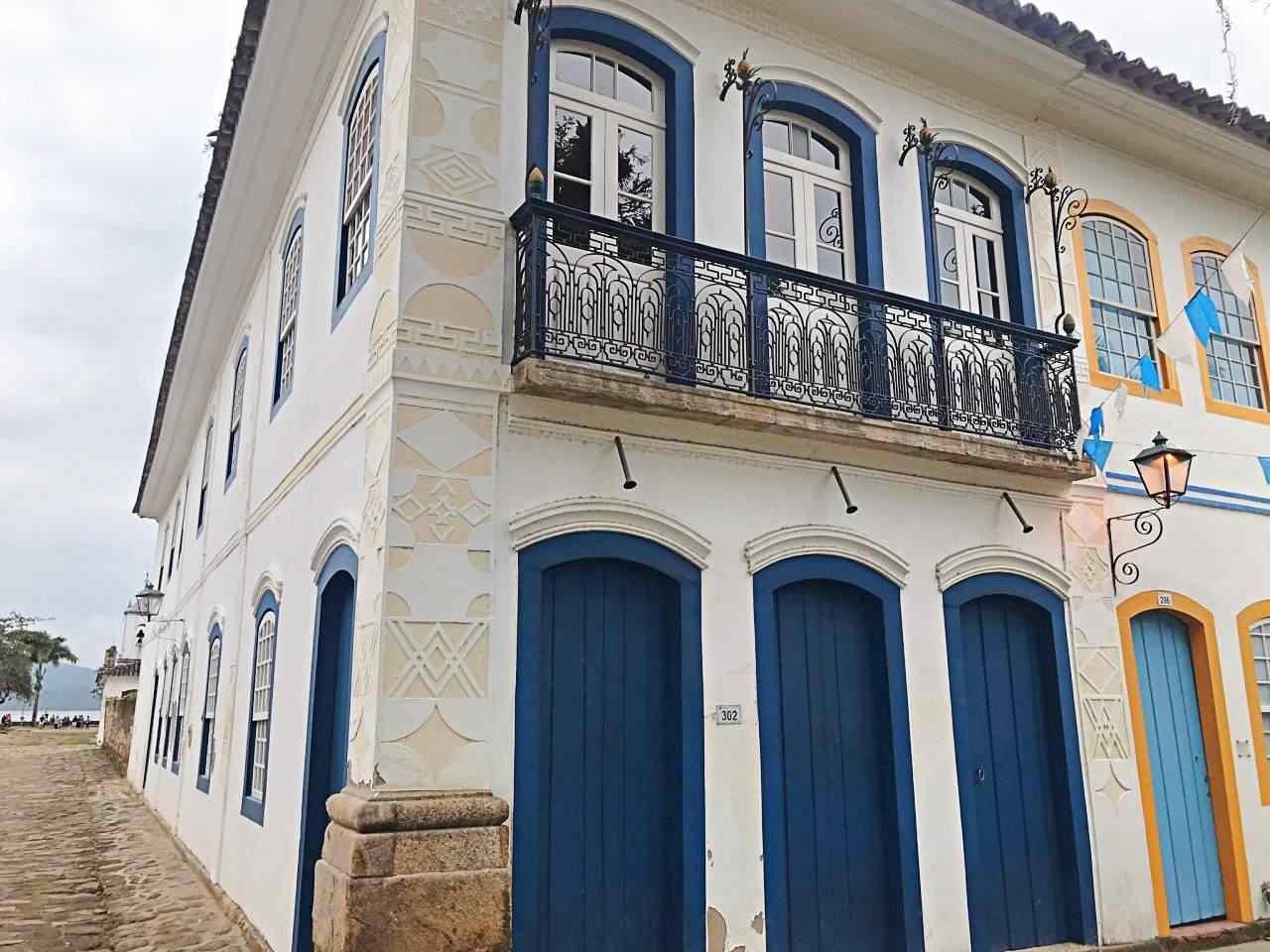 Casa Colonial com abacaxis e símbolos maçons