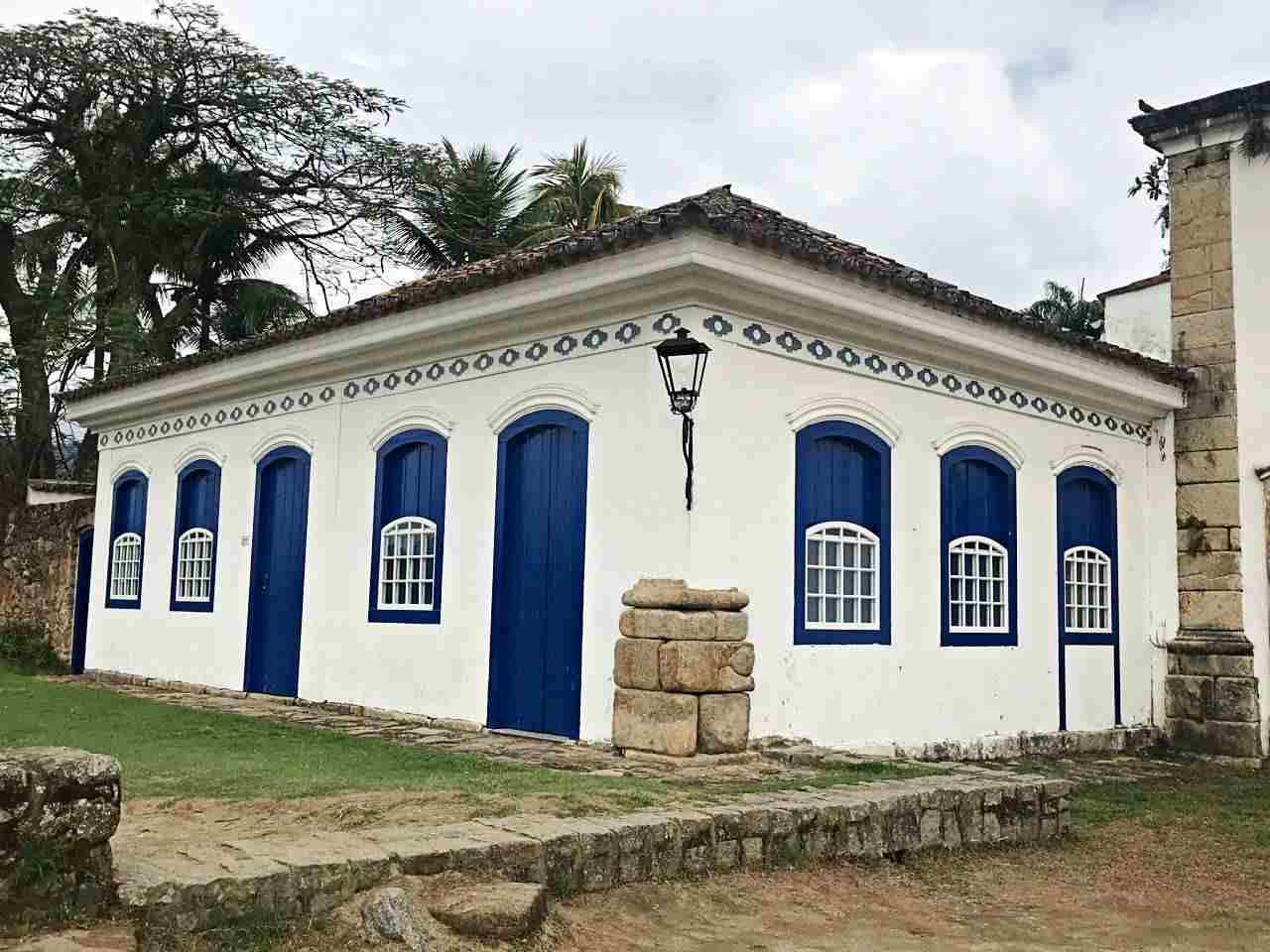 Casa Colonial ladeando a Capelinha