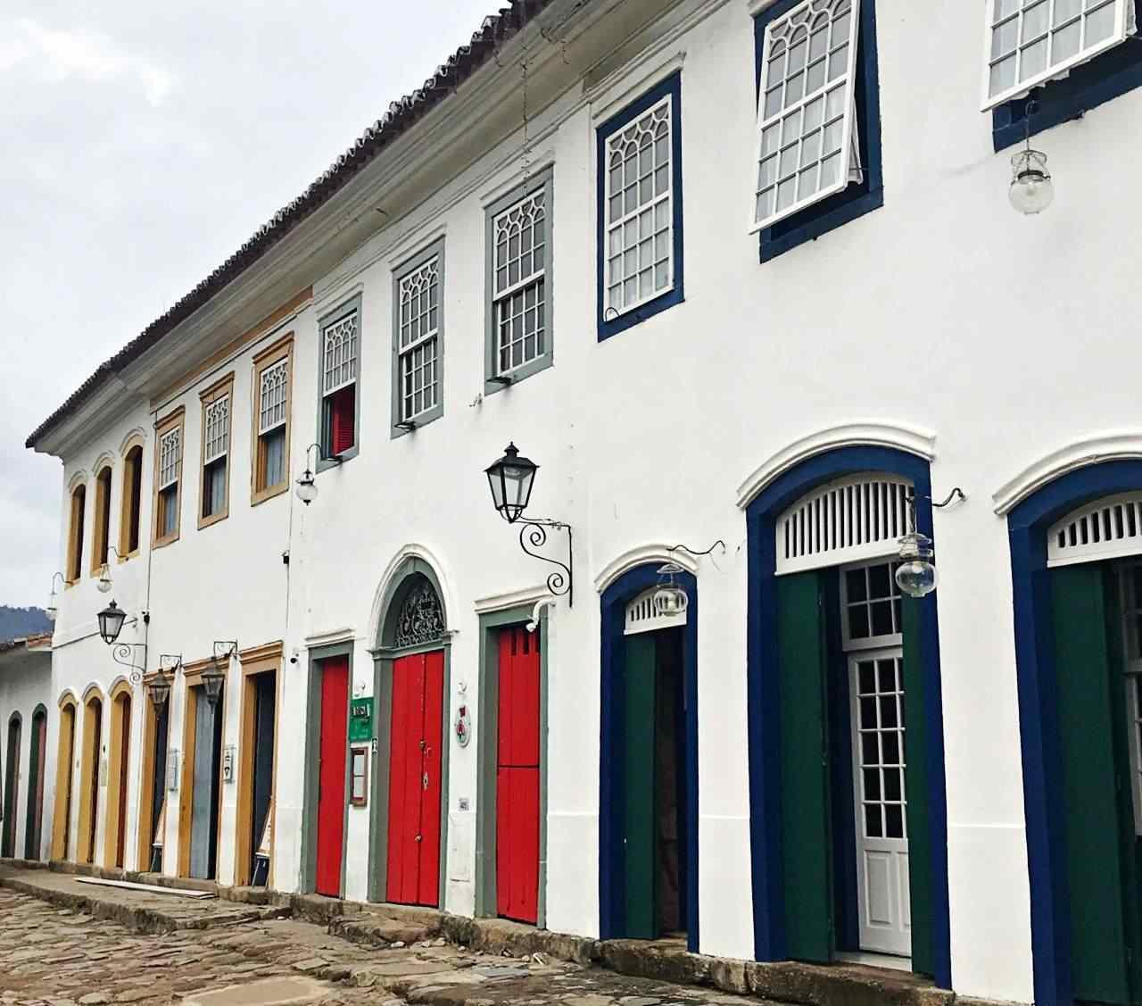 Casas Coloniais com muitas portas