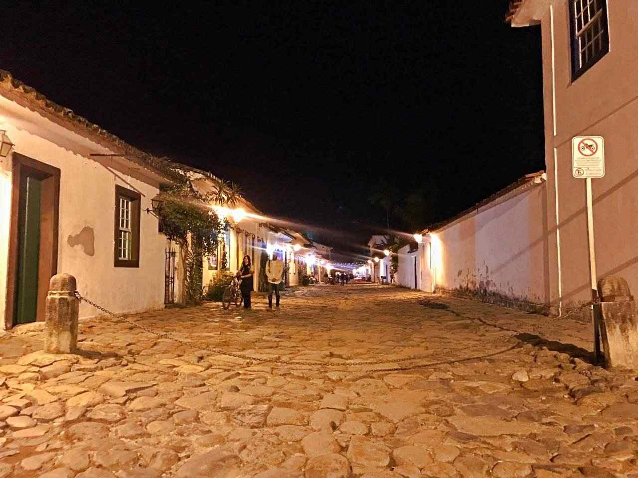 Correntes limitam acesso centro histórico de Paraty