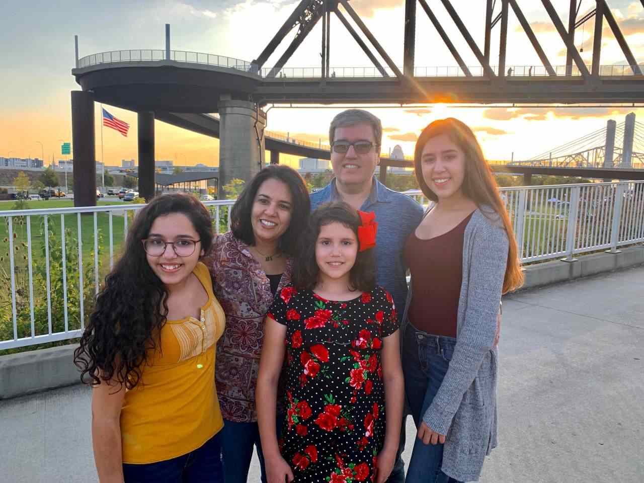 Leila e familia em Louisville Walking Bridge, downtown