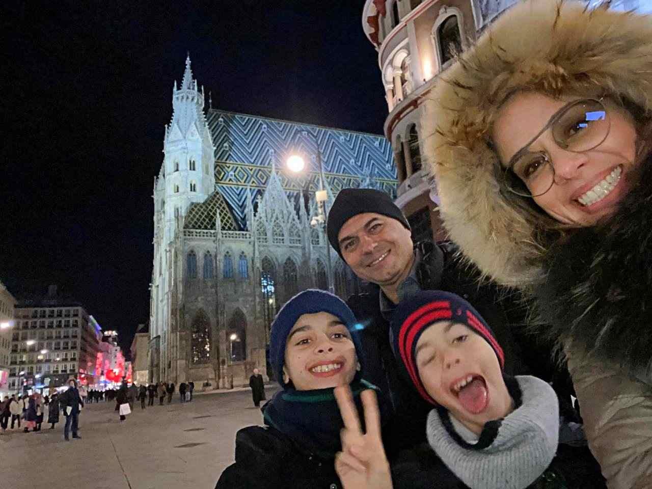 Valéria e Familia em Viena - em frente à Catedral de São Estevão